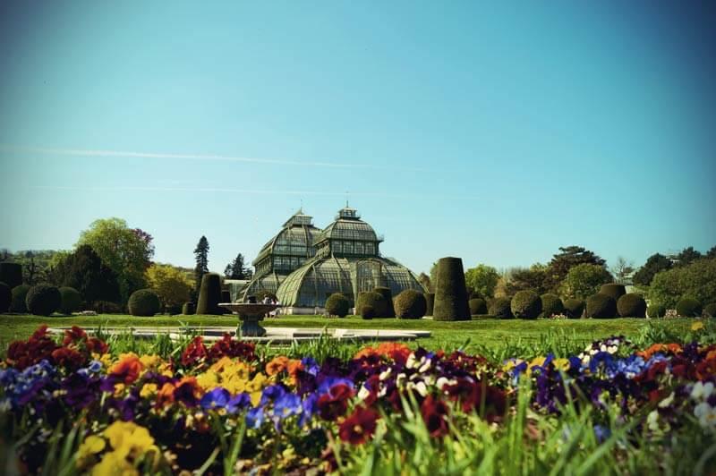 Das Palmenhaus im Schlosspark Schoenbrunn in Wien von außen