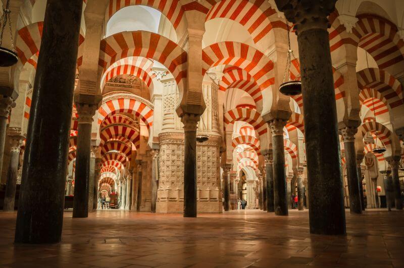 Säulen mit Rundbögen in der Mesquita in Cordoba