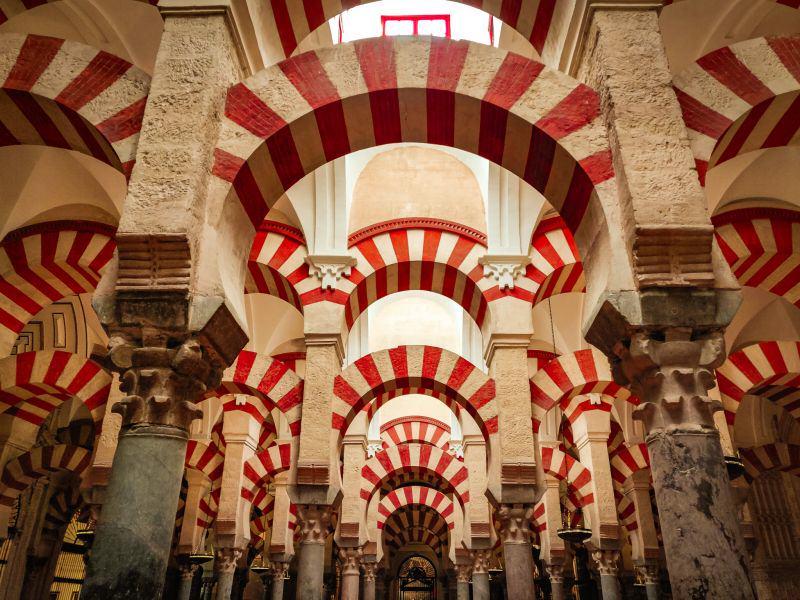 Rot-weiß gestreifte Rundbögen der Mezquita.