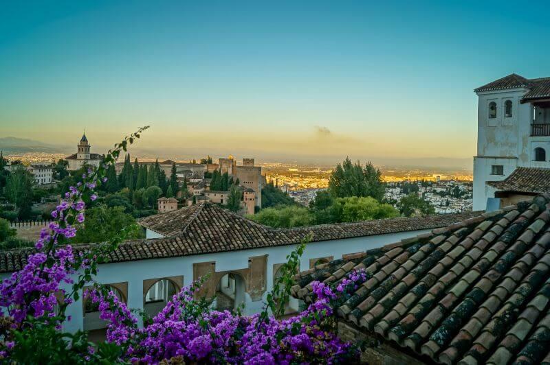 Blumen und Dächer vor der Alhambra zum Sonnenaufgang