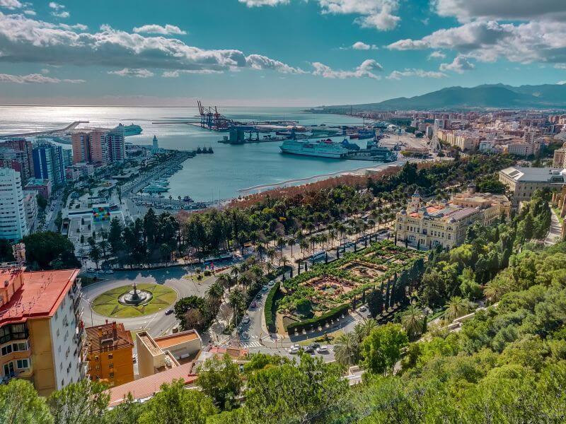 Málaga Tipps Blick auf die MArina und den Leuchtturm