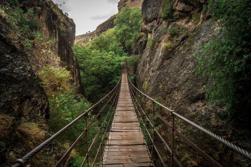 Brücke über den Fluss Monachil in den Cahorros de Monachil