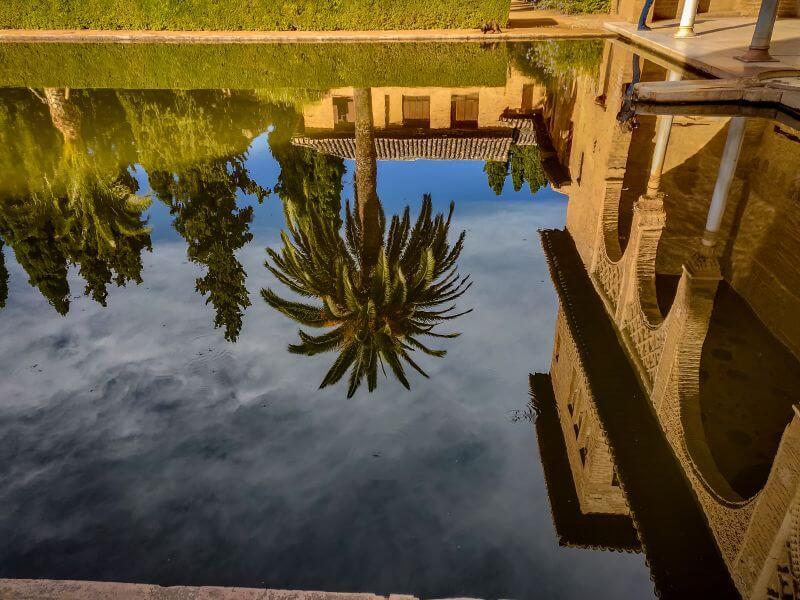 maurische Architektur spiegelt in einem Brunnen in der Alhambra