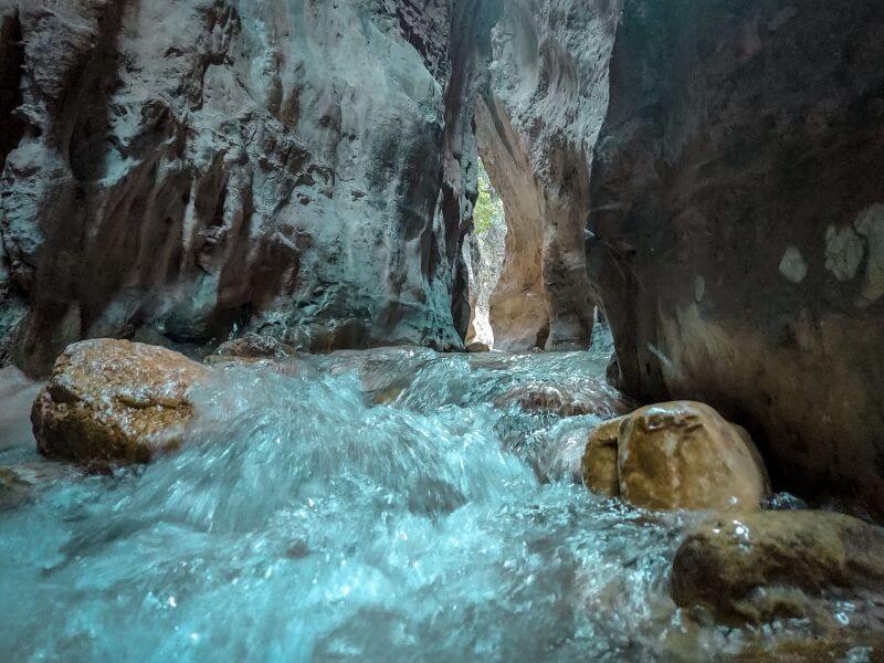 Wasser fließt entlang einer Schlucht am Rio Chillar