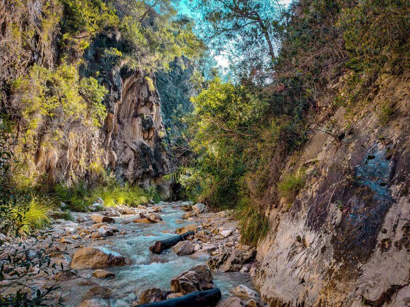 Weg entlang des Rio Chillar