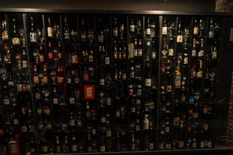 Wand mit verschiedenen belgischen Bieren an der Beerwall in Brügge.