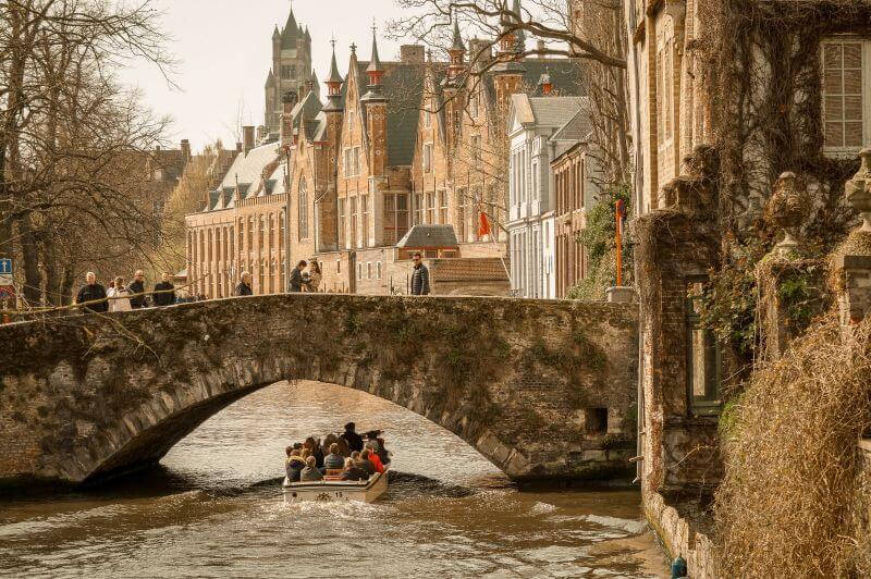 Brügger Boot fährt unter einer Brücke hindurch