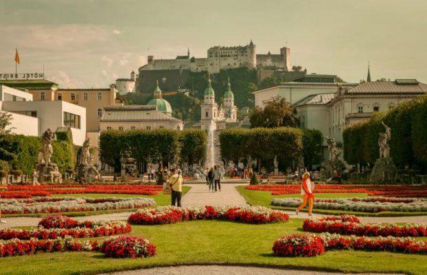 Blick durch den Mirabellengarten in Salzburg
