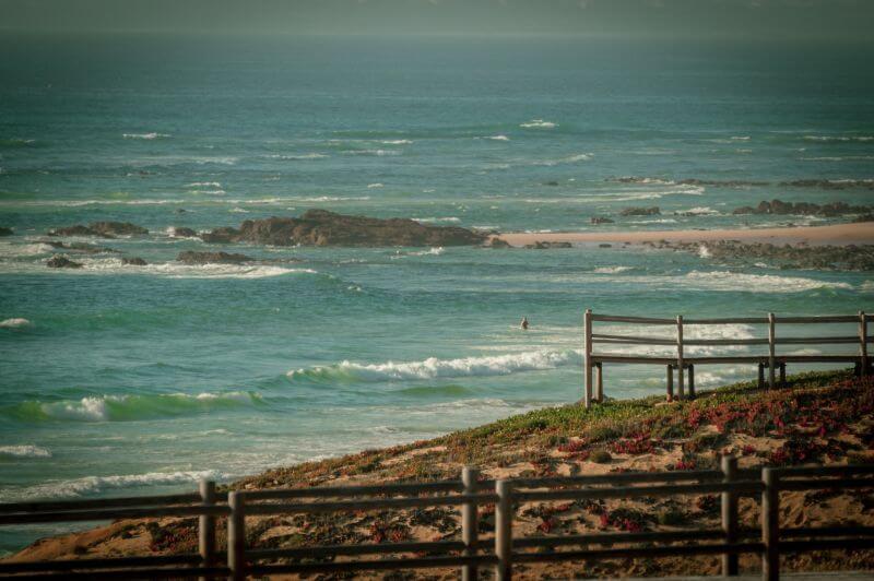 Holzstege im Strand von Malhão in Portugal mit Blick über die ganze Küste