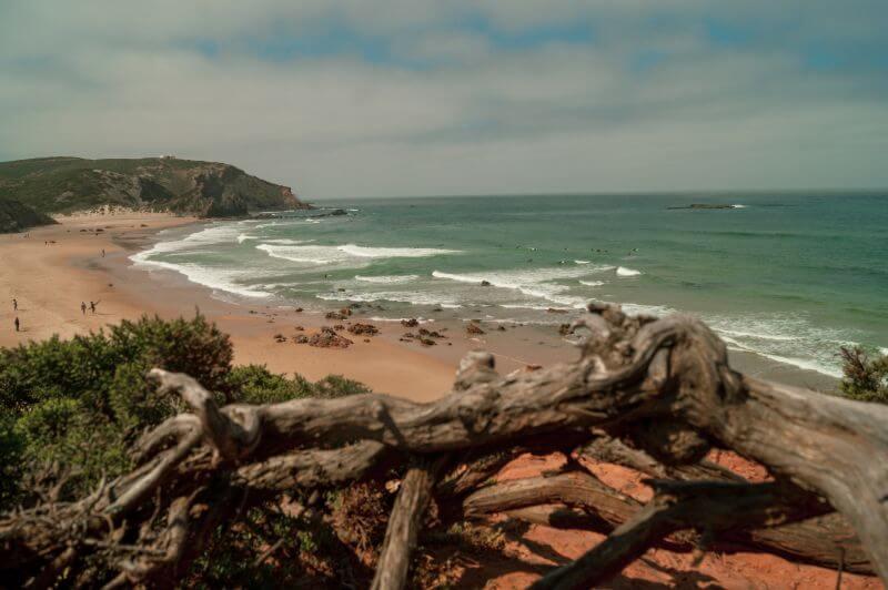 Der Blick über den Praia do Amado an der Westküste der Algarve in Portugal.