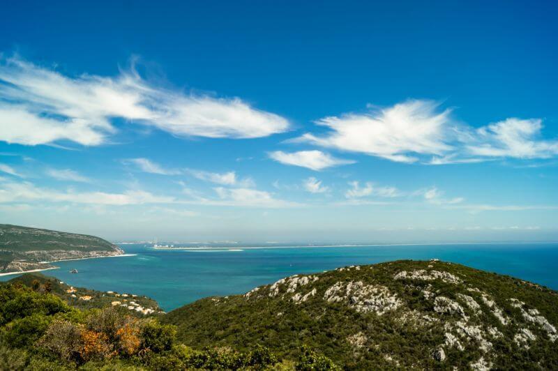 Blick über die grüne Landschaft am Naturpark Arrabida