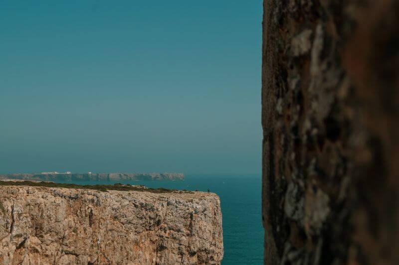 Küste bei Sagres mit dem Fortaleza im Hintergrund