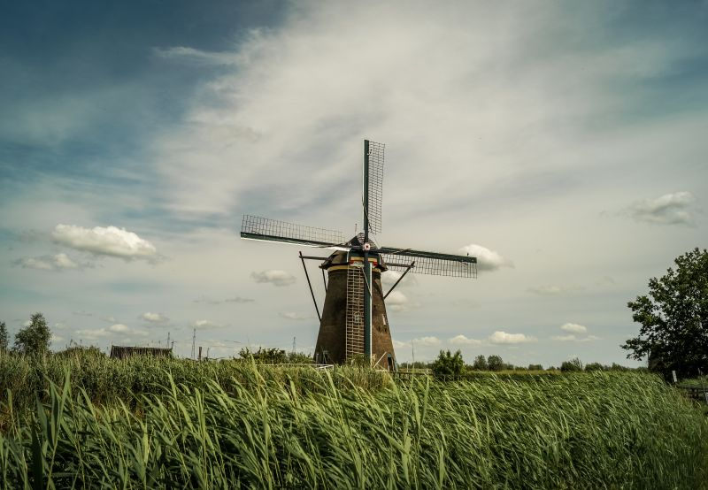 Einsame Windmühle in Kinderdijk in Holland