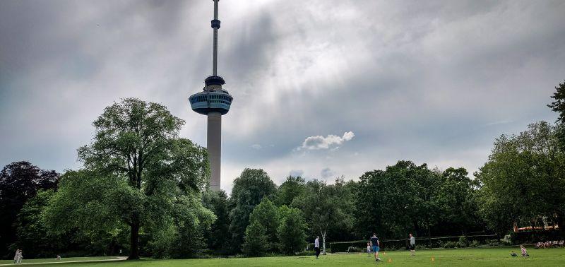 Euromast von Rotterdam vom Het Park aus fotografiert