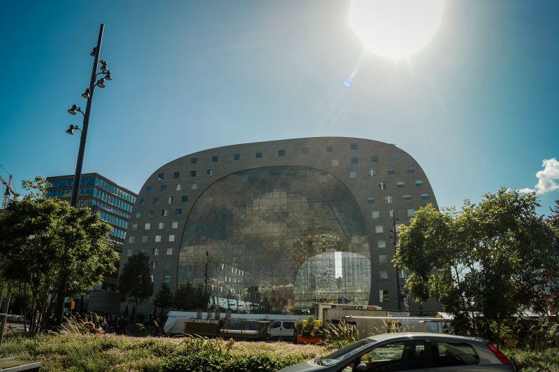 hufeisenförmige Markthalle von außen in Rotterdam