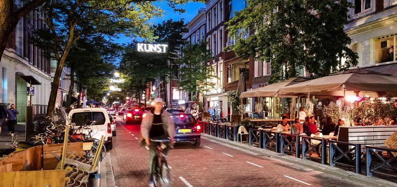 die belebte Witte de Withstraat in Rotterdam