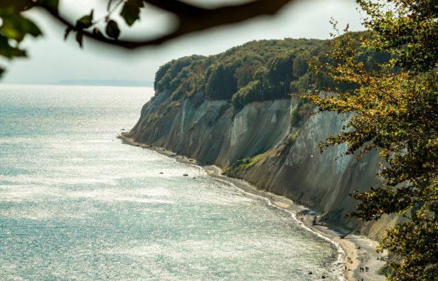 Kalksteinfelsen am Hochuferweg im Jasmund Nationalpark auf Rügen