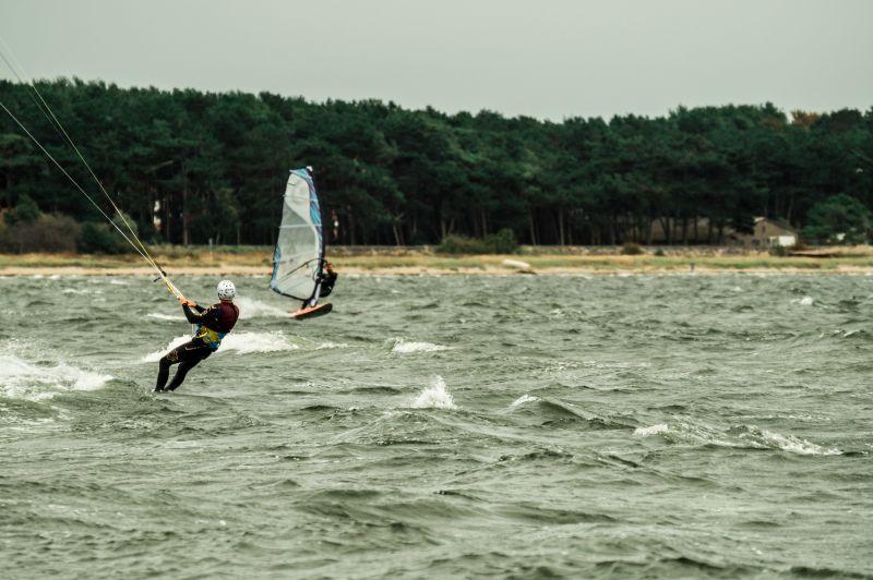 Windsurfer und Kitesurfer im Süden Rügens