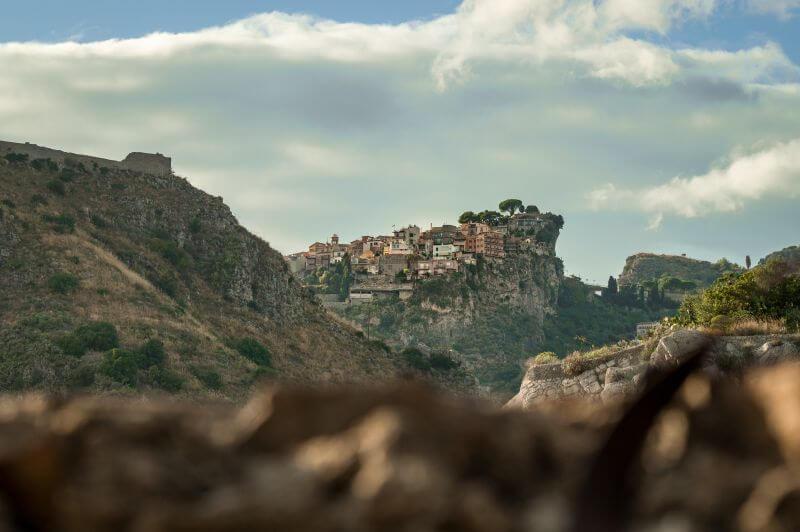 Das kleine Bergdorf Castelmola auf einem Felsen