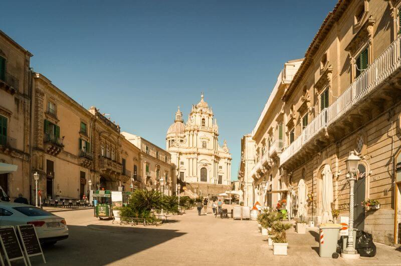 Der Platz an der Duomo di San Giorgio in Ragusa auf Sizilien.