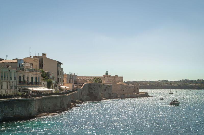Blick auf das castello Maniace auf der Insel Ortiga in Syrakus, Sizilien