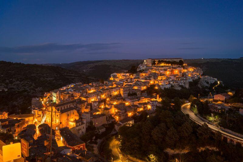 Sizilien Rundreise Ragusa bei Nacht