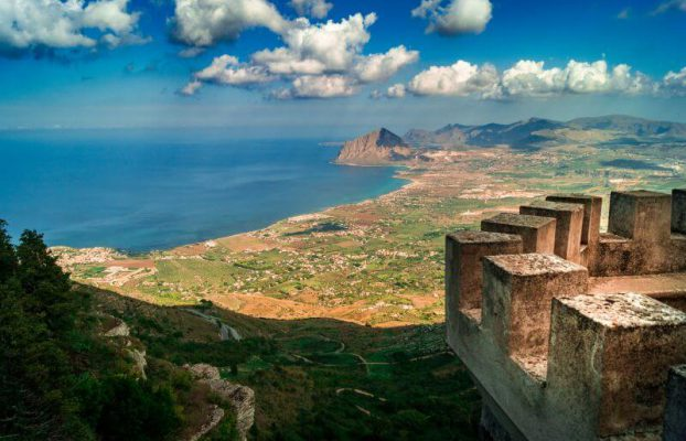 Sizilien Rundreise: Blick über die Küste von der Burg von Erice
