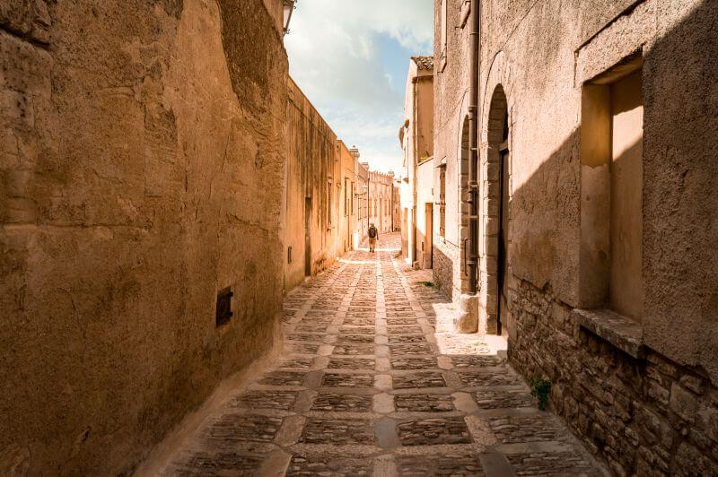 Leere Gassen durch die historische Stadt Erice auf Sizilien