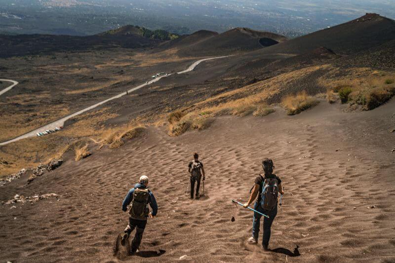 Wanderer am Etna springen über den Vulkansand