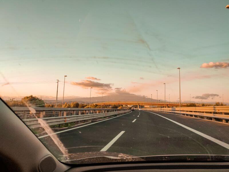 Autobahn auf Sizilien mit dem Etna im Hintergrund