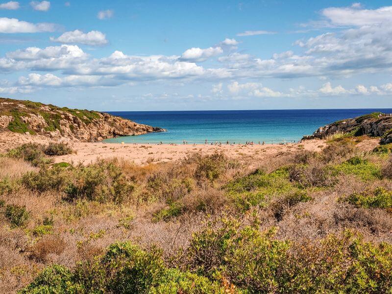 Sizilien Rundreise Bucht Calamosche mit Strand und türkisblauem wasser