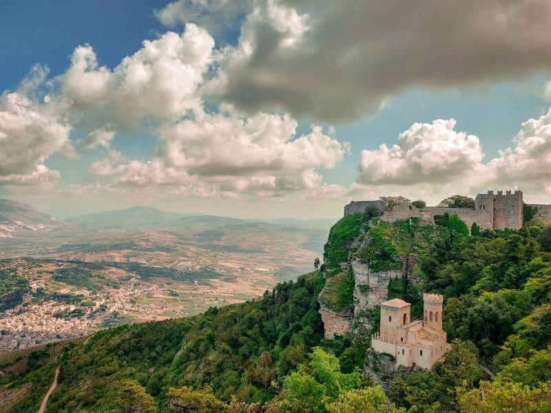 Torreta Pepoli und die Burg von Erice mit Blick über die weite sizilianische Landschaft