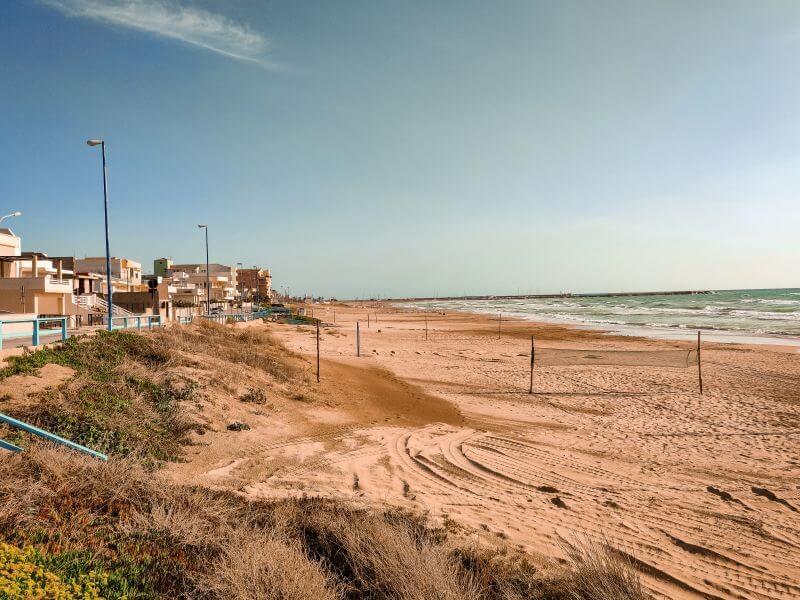 Der leer gefegte Strand von Scoglitti auf Sizilien