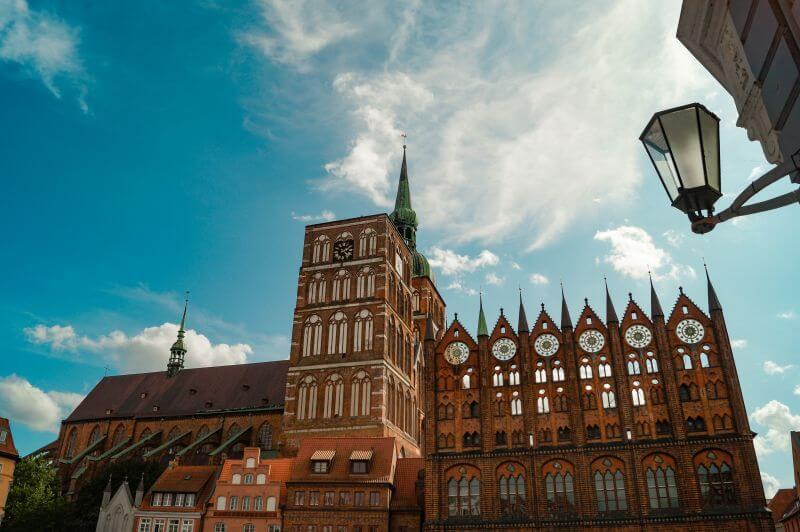 Rathaus und Nikolaikirche am alten Markt in Stralsund