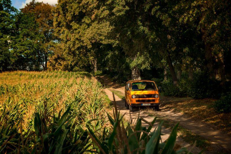 VW T3 Van im Feld auf Feldweg