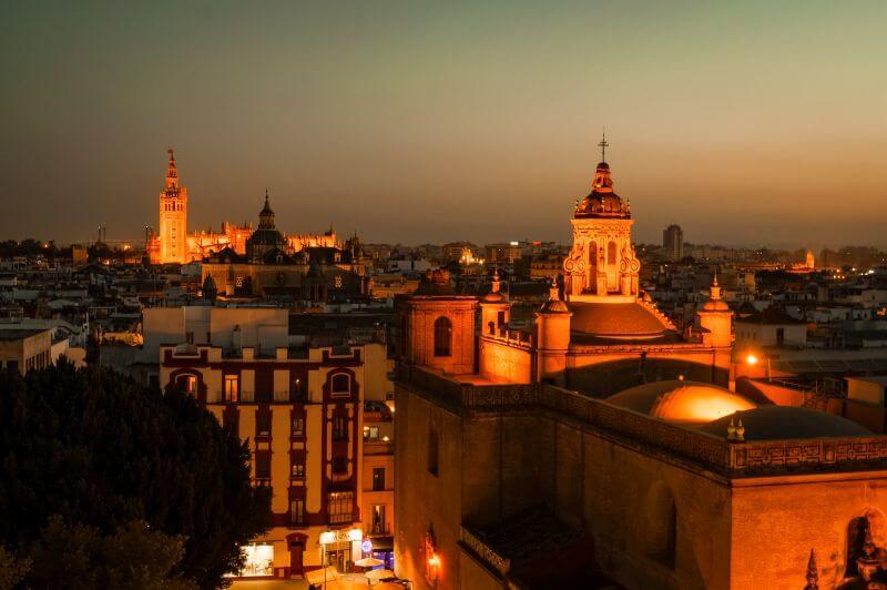 KAthedrale Sevilla mit La Giralda Glockenturm aus der Distanz