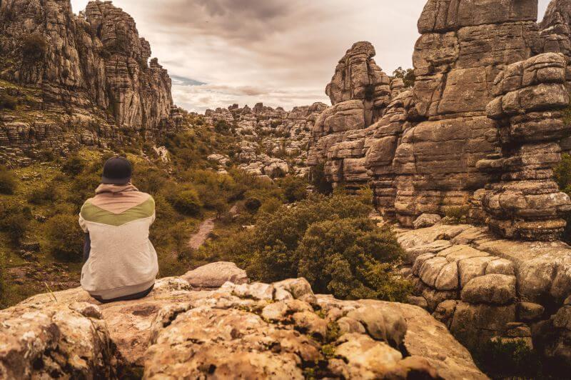Karstfelsen wie Pfannkuchen aufgeschichtet im Naturpark el Torcal in Andalusien