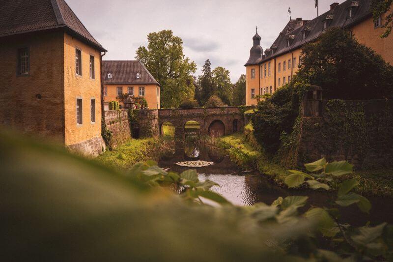 Brücke zum Haupthaus des Schloss Dyck