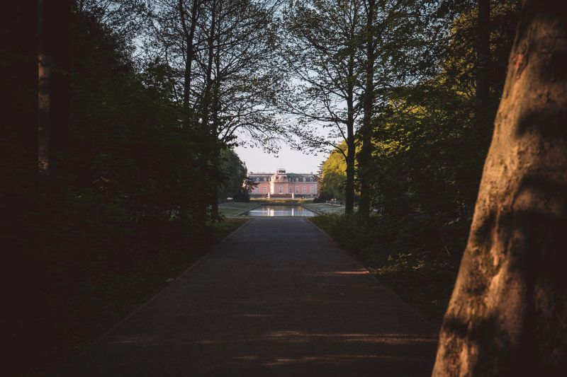 Weg zum Benrather Schlosspark mit Blick auf das Schloss