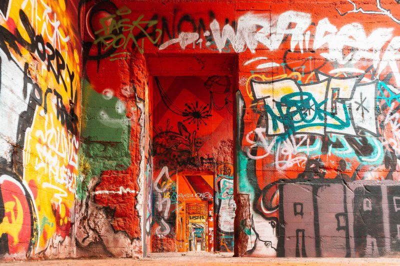 bunt bemalte Grafitti Wände im Skatepark am Rhein in Duisburg