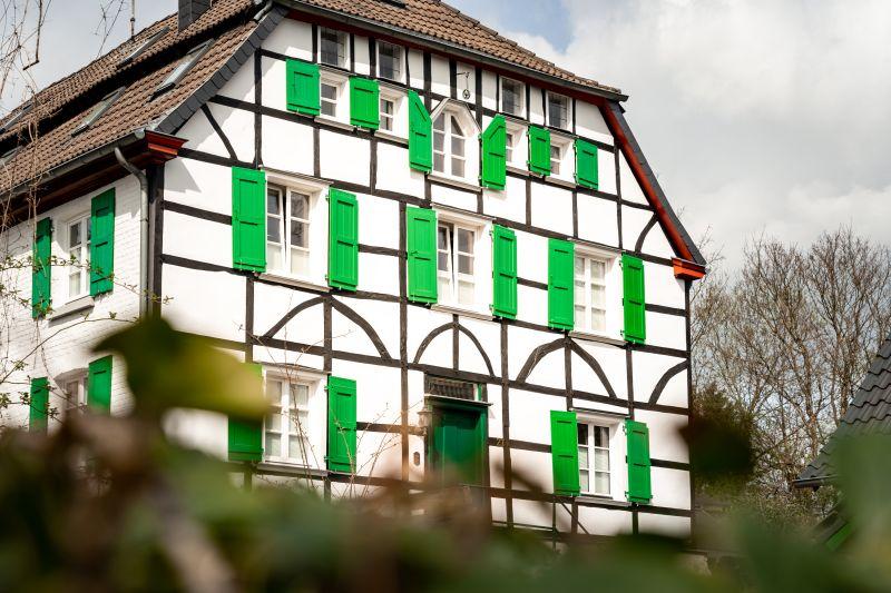 Doktorhaus Gruiten Dorf Fachwerkhaus mit grünen Fensterfassaden