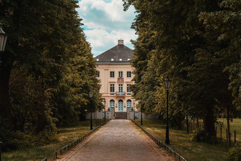 Eingang Schloss Mickeln in Himmelgeist