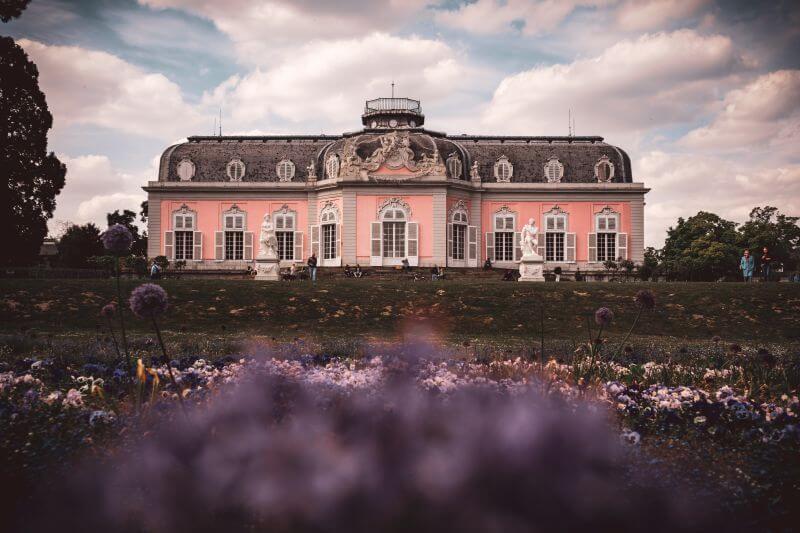 Garten vorm Hauptgebäude des Schloss Benrath in Düsseldorf