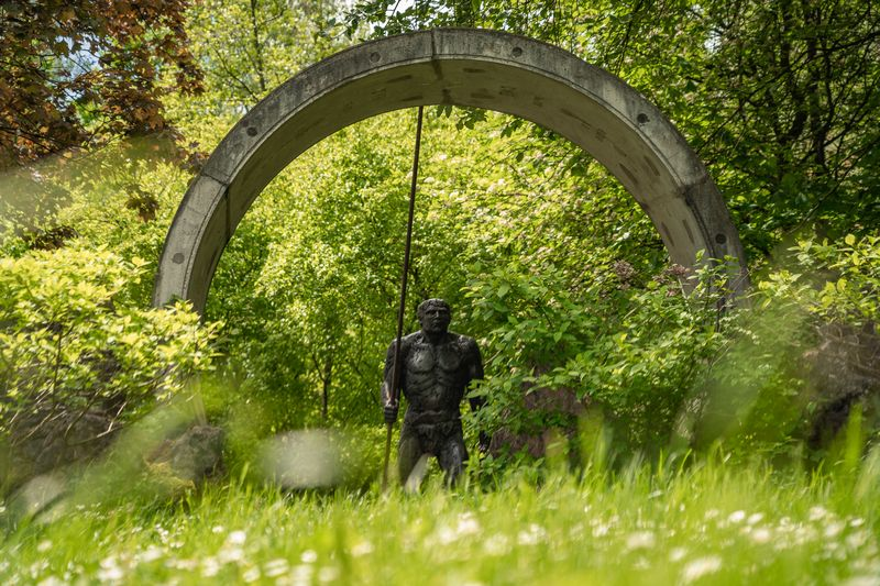 Skulptur Neanderthaler im Kreis