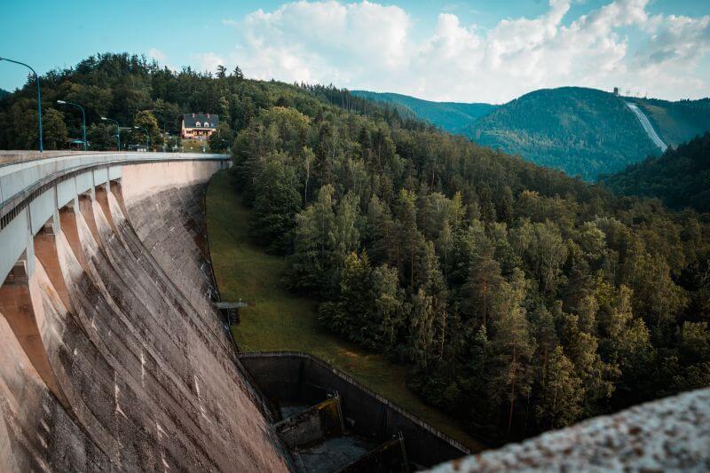 Die gekrümmte Betonstaumauer der Hohenwarte Talsperre.