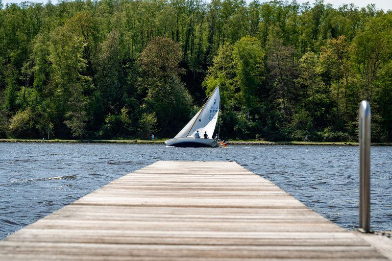 Segelboot auf dem Baldeneysee vom Ufer aus.