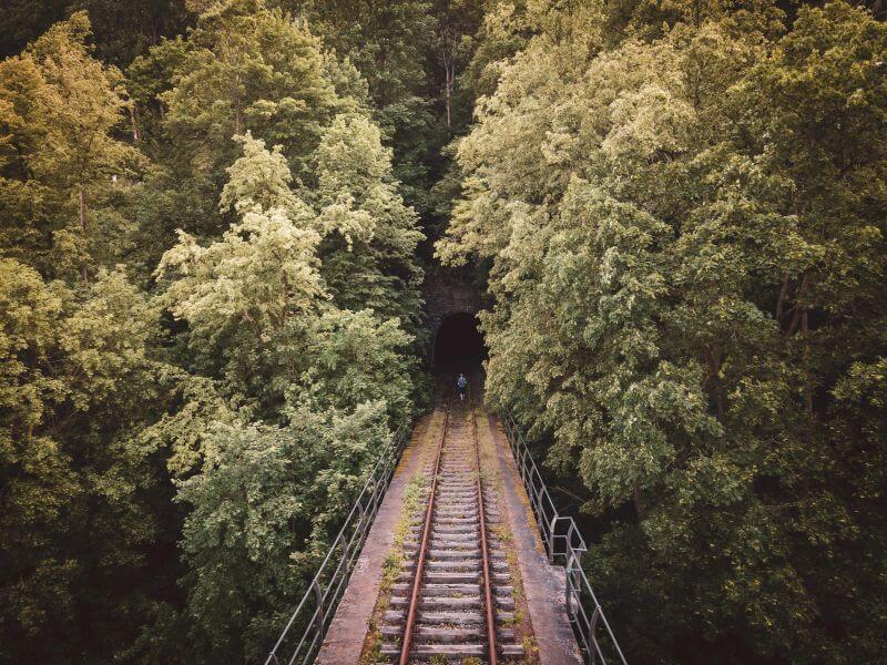 Viadukt das in einen alten Eisenbahntunnel führt in Ziegenrück