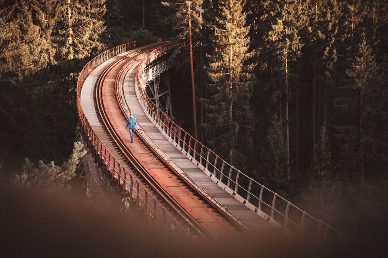 Frau mit blauer Jacke läuft über die Ziemestalbrücke