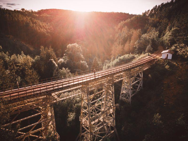 Stahlviadukt Ziemestalbrücke mit untergehender Sonne im Hintergrund.