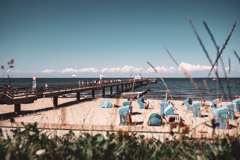Der Strand und die Seebrücke von Kühlungsborn.